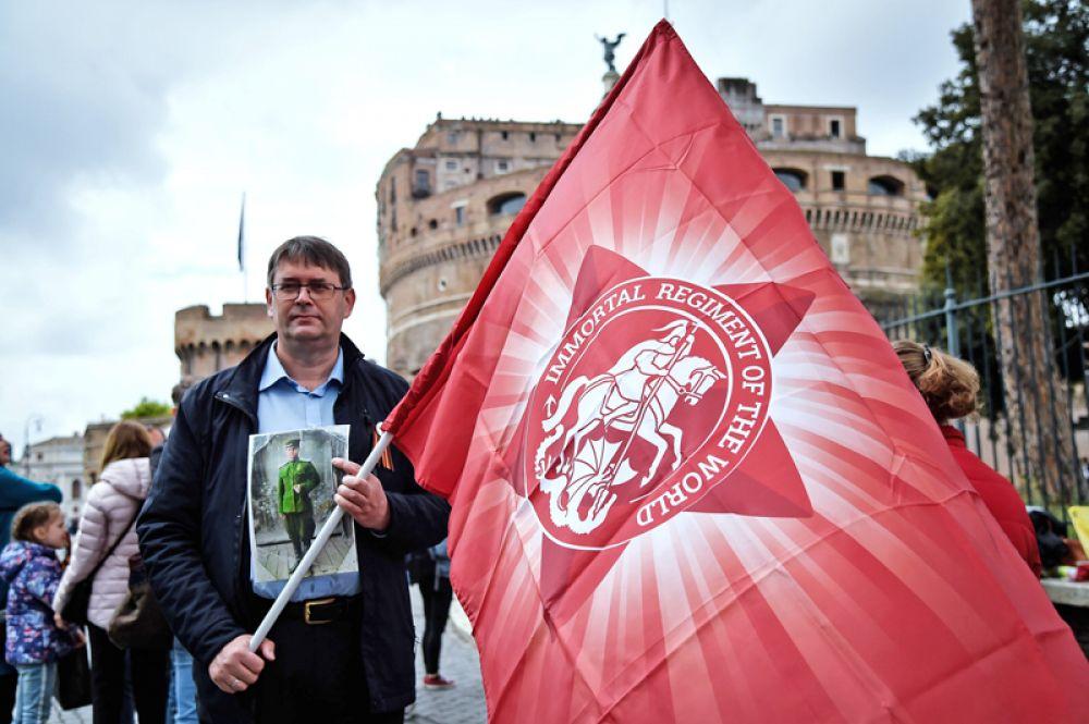 Участник акции «Бессмертный полк» в Риме.
