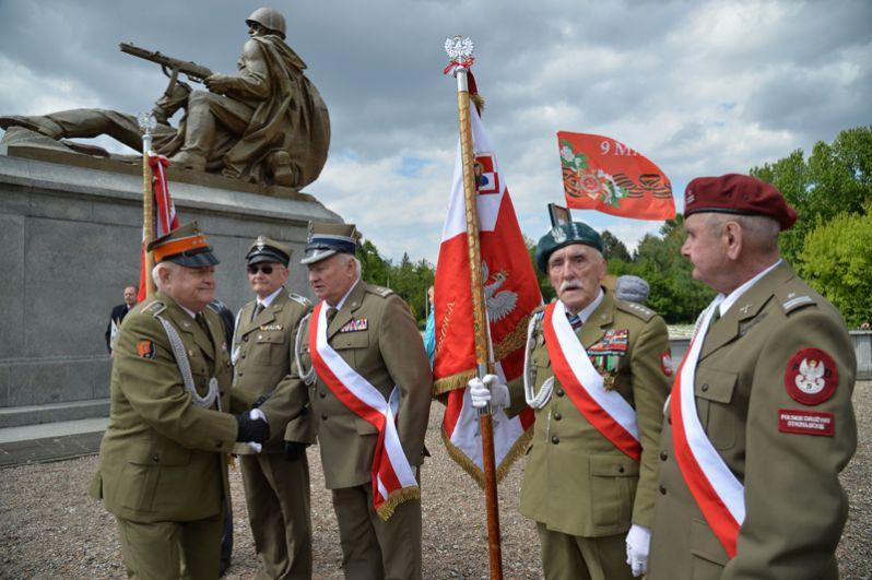 Ветераны Великой Отечественной войны и участники акции «Бессмертный полк» на военно-мемориальном кладбище в Варшаве.