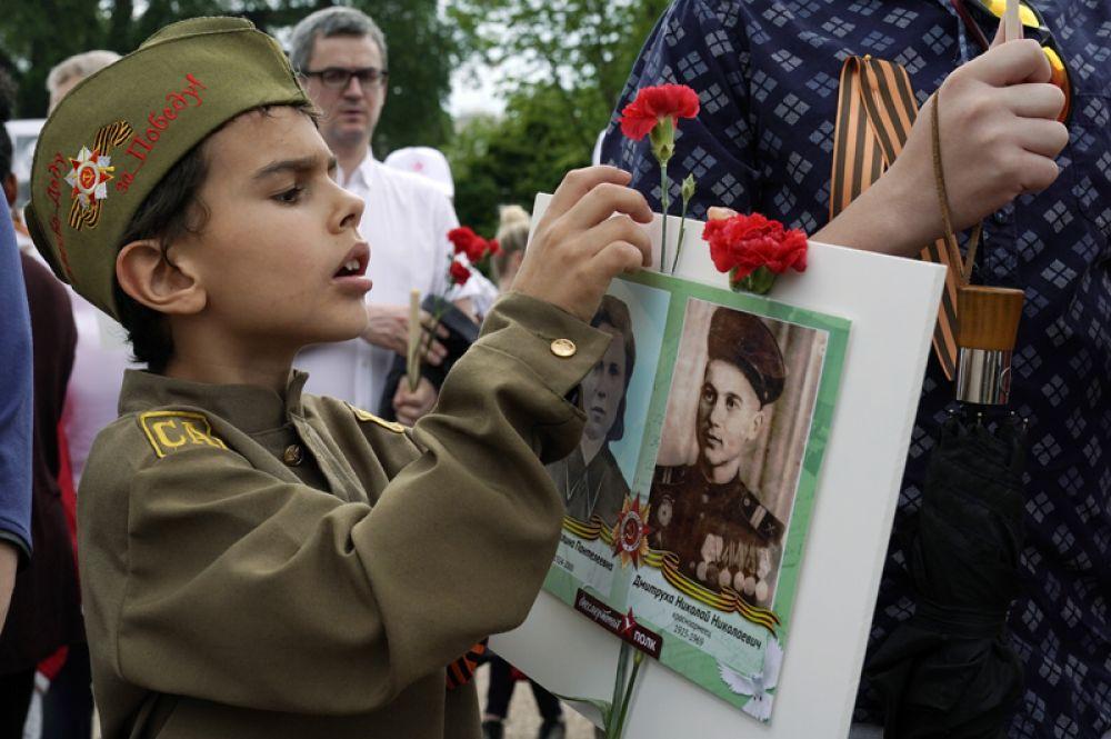 Юный участник акции «Бессмертный полк» перед началом шествия по улицам Вашингтона.