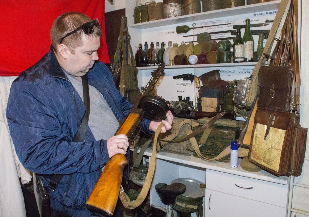 В «музее» можно даже подержать в руках винтовку.