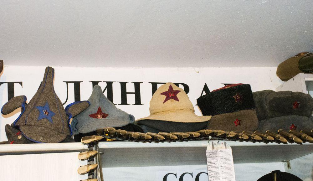 В коллекции также есть советские, немецкие, румынские, голландские каски, буденновки, ушанки.