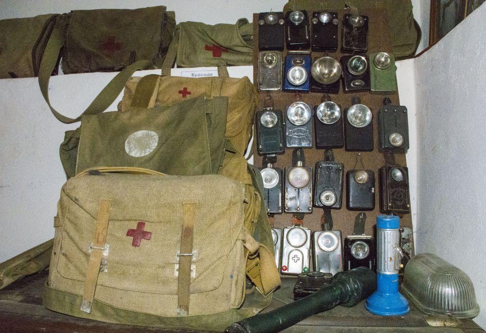 Коллекция фонариков и медицинских сумок.