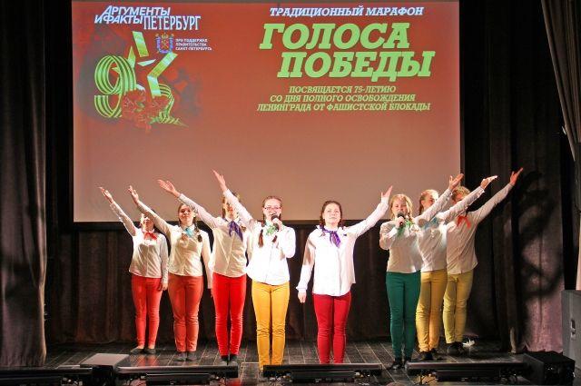 Со сцены звучали знакомые с пелёнок военные песни, которые исполняли взрослые и дети.