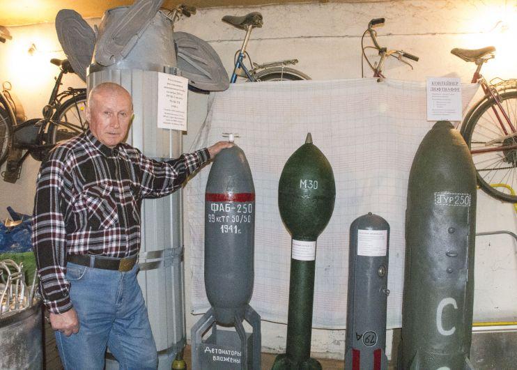 Самая первая в ряду - ротативно-рассеивающая авиационная бомба калибра 250 кг. Далее - макеты авиационных бомб, фугасных снарядов, контейнер Люфтваффе (в нем сбрасывали еду).