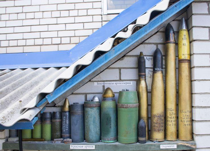 Снаружи подвала, в котором размещен «музей», тоже стоят экспонаты - боеприпасы.