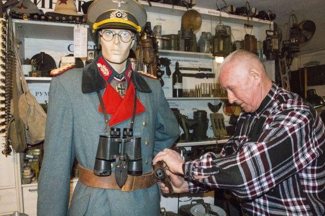 Александр Егоров одевает манекены в форму, точь-в-точь повторяющую форму военных времен Великой Отечественной войны. На них есть не только верхняя одежда, обувь, но и даже перчатки, очки, значки и другие вещи, например, бинокли.