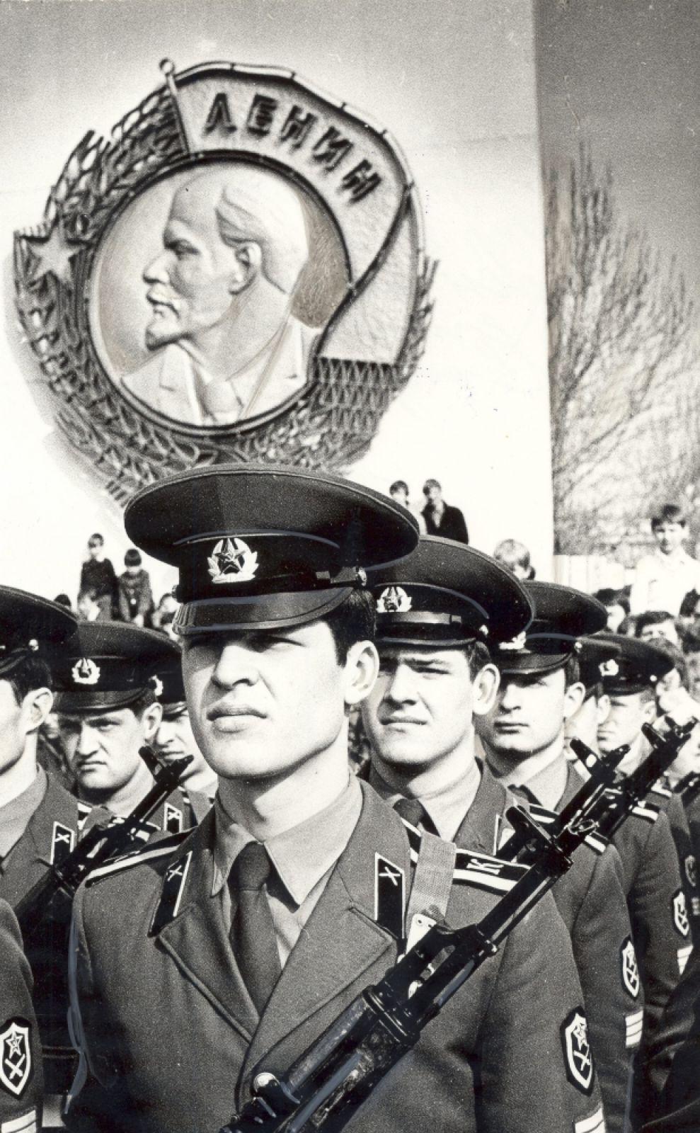 Показательные выступления курсантов ПВВКИКУ в День Победы, 1984 г.
