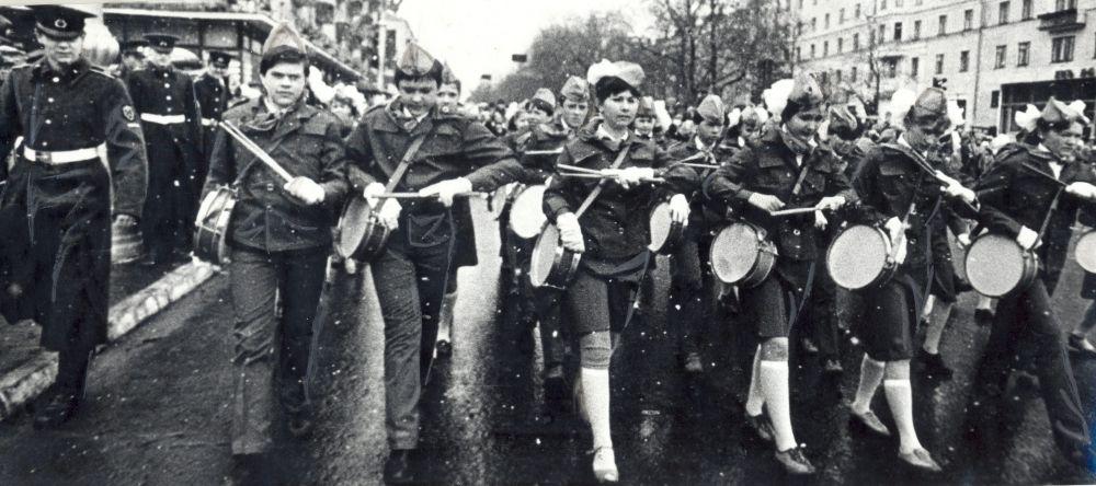 Колонны демонстрантов на Октябрьской площади в День Победы, 1986 г.