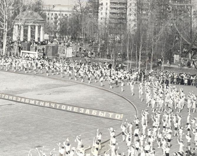 Выступление юнармейцев на городском стадионе юных пионеров и школьников в День Победы, 1984 г.