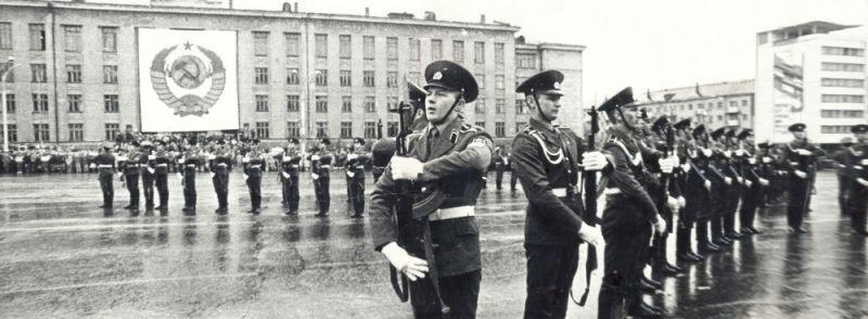 Парад войск Пермского гарнизона на Октябрьской площади  в День Победы, 1986 г.