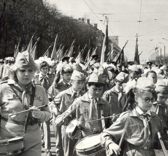 Парад юнармейцев школ Ленинского района в честь Дня Победы на Октябрьской площади, 1984 г.