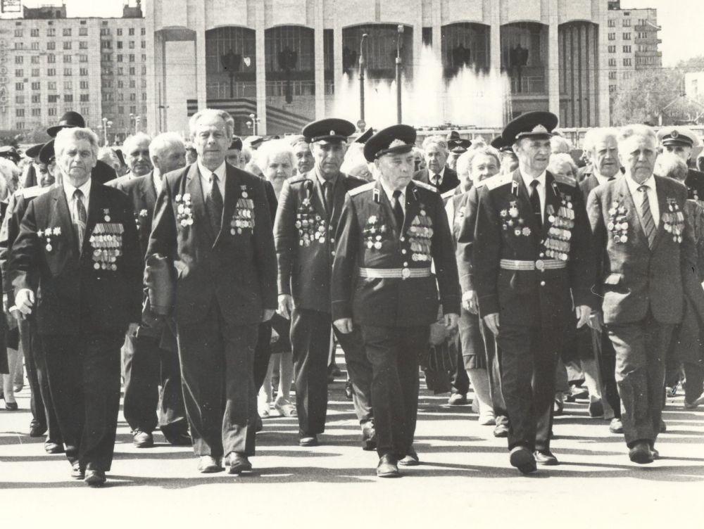 Группа ветеранов ВОВ во время шествия к памятнику Героям фронта и тыла в дни празднования 50-летия Победы.