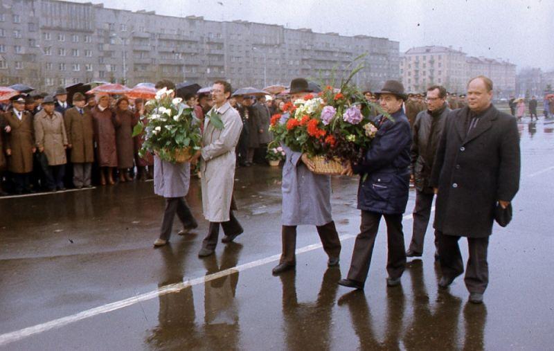 Возложение цветов к памятнику Героям фронта и тыла руководителями областной и городской администраций в канун  Дня Победы.