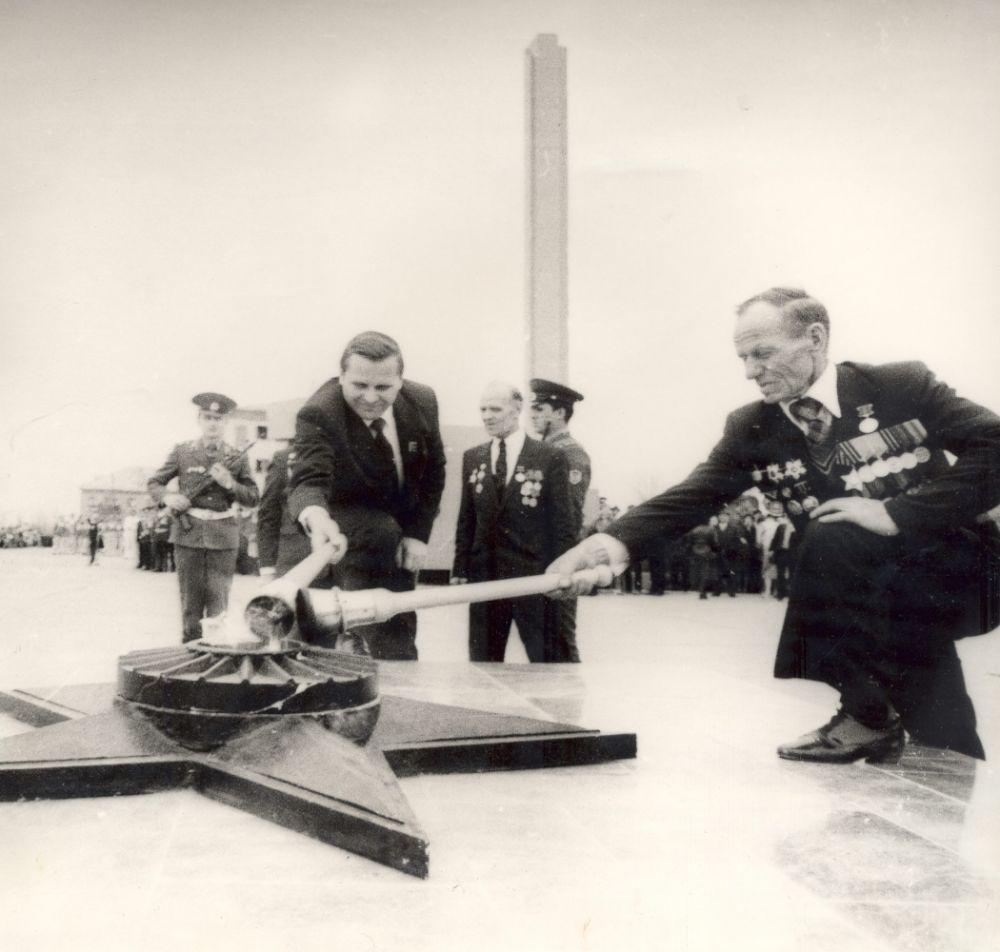 Открытие памятника в честь Дня Победы.