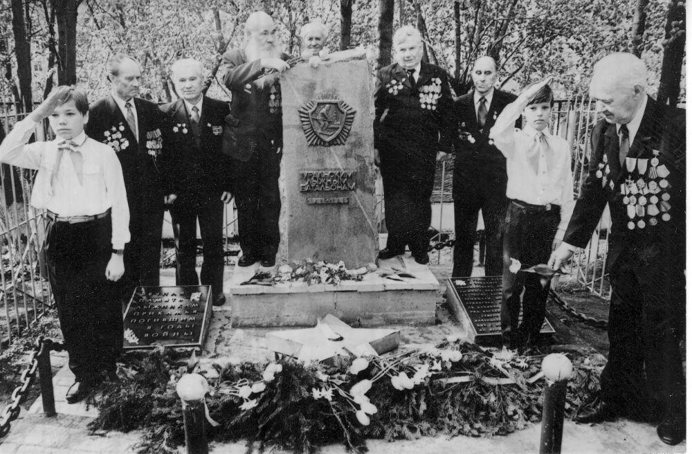 Группа ветеранов ВОВ у памятника Уральским лыжным батальонам в дни празднования 50-летия Победы, 1995 г.