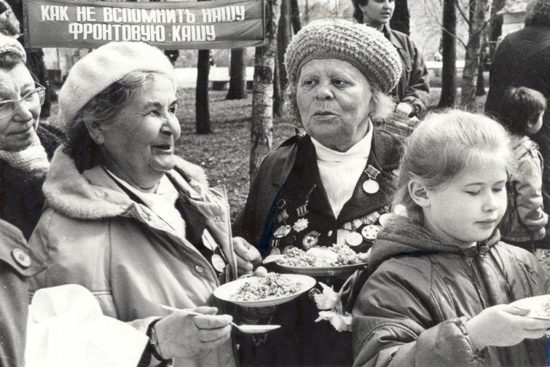 Ветераны Великой Отечественной войны пробуют солдатскую кашу на празднике, посвященном Дню Победы, 1992 г.