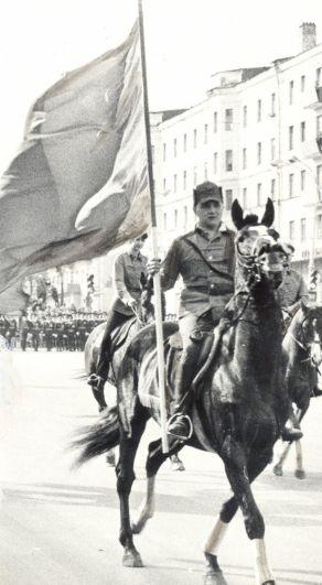 Проведение парада армейцев на Октябрьской площади в День Победы, 1987 г.