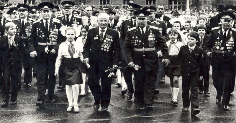 Ветераны Великой Отечественной войны и пионеры на празднике День Победы, 1983 г.