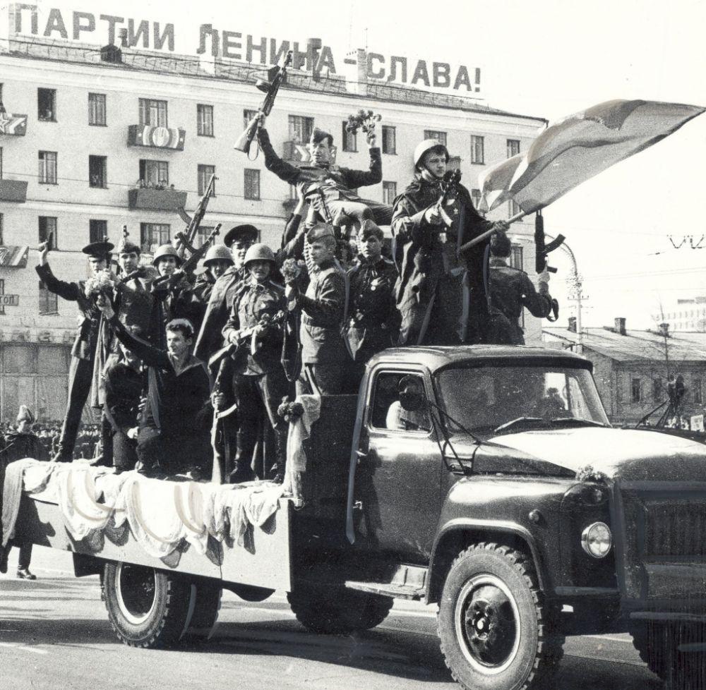Театрализованное представление на тему Великой Отечественной войны на Октябрьской площади в День Победы, 1987 г.