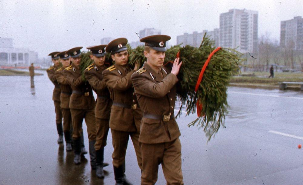Возложение цветов курсантами пермских военных училищ в канун  Дня Победы.