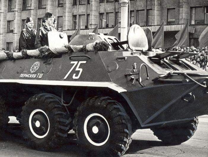 Воины-курсанты на параде в честь Дня Победы на Октябрьской площади, 1984 г.