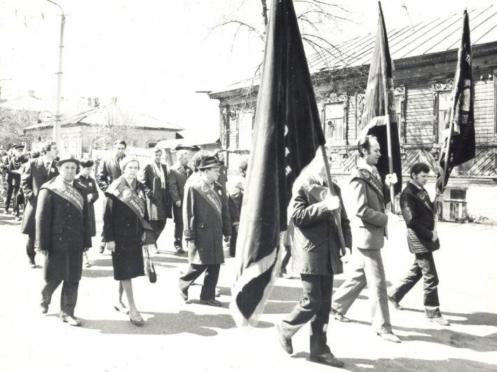 Ветераны завода во время шествия, посвящённого 40-летию Победы на улицах города, 1985 г.