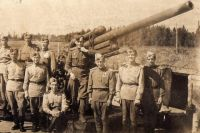 Абрам Миркин в окружении сослуживцев в июне 1943 года.