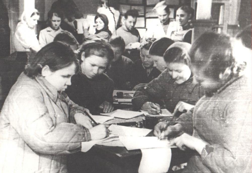 Учащиеся Сыктывкарского ремесленного училища пишут письма бойцам на фронт, 1941 г.