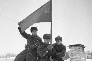 Солдаты водружают советское знамя в городе Калинине.