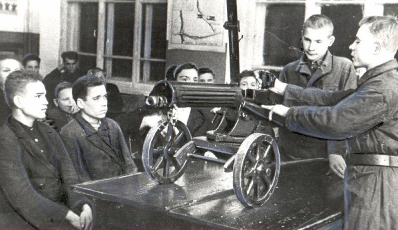 Изучение пулемёта на курсах всевобуча в Сыктывкаре, 1942 г.