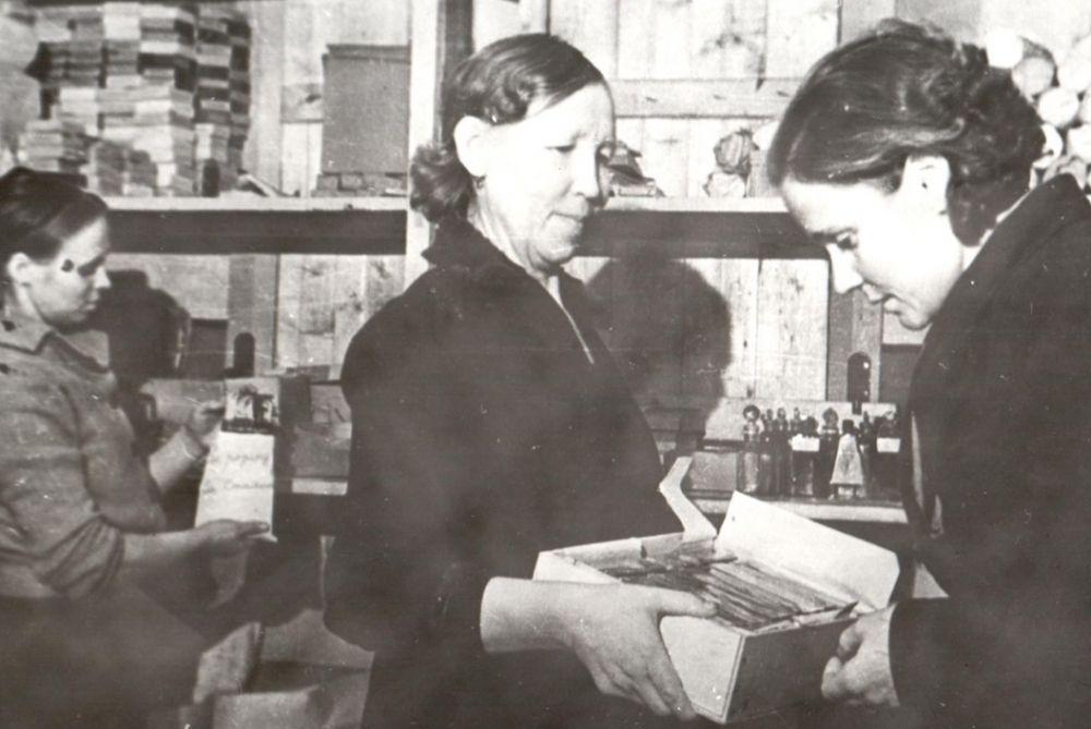 Отправка посылок на фронт с тёплой одеждой, Сыктывкар, 1941 г.