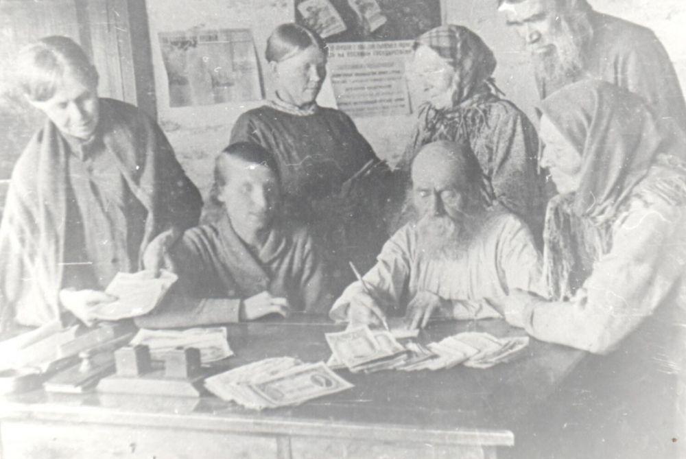 Сбор денег на боевую технику для армии в колхозе имени Сталина, 1942 г.