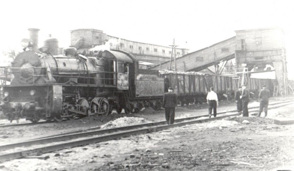 Погрузка баржи с углём для осаждённого Ленинграда, 1942 г.