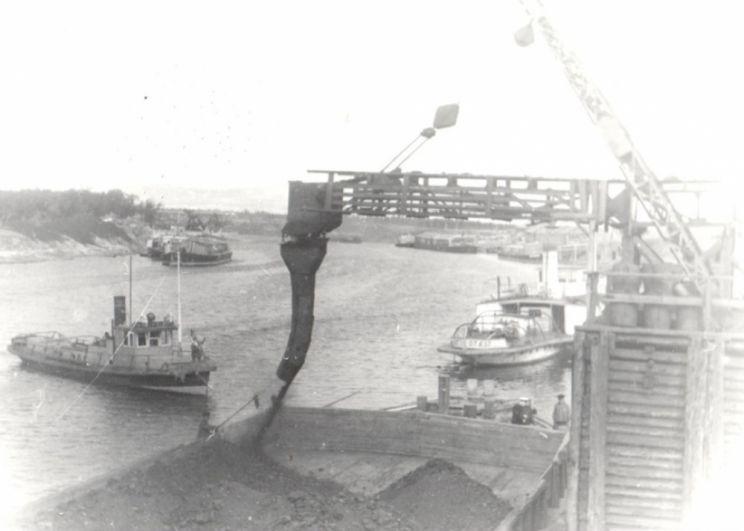Погрузка баржи с углём для осаждённого Ленинграда, 1942 г
