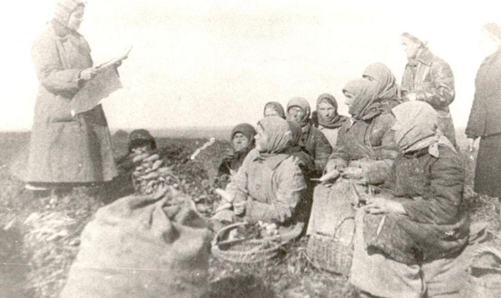 Агитатор сообщает колхозникам села Тентюково об освобождении Донбасса, сентябрь 1943 г.