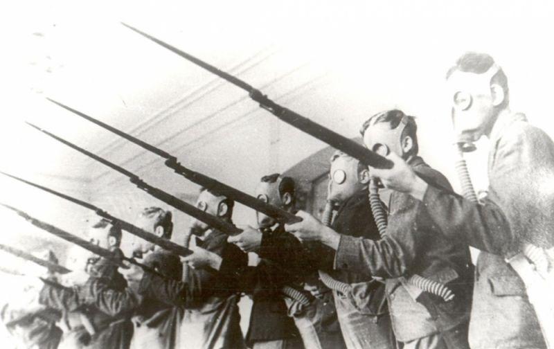 Учащиеся сыктывкарской школы №1 проходят военное обучение, 1941 г.