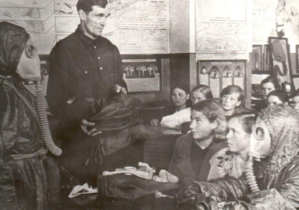 Занятия по противовоздушной и химической обороне в сыктывкарской школе, 1942 г.