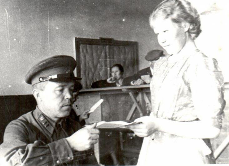 Подача заявления о добровольном вступлении в Красную Армию в Сыктывкарском горвоенкомате, лето 1941 г