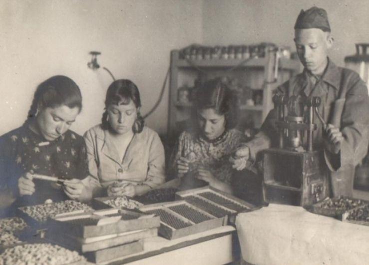 Помощь школьников фронту: изготовление газовых горелок, 1944 г.