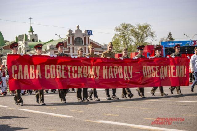 Военный парад прошел на главной улице Новосибирска — Красном проспекте.