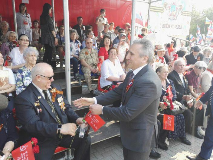 Губернатор пожал руки ветеранам и напомнил жителям региона о важности великого события.
