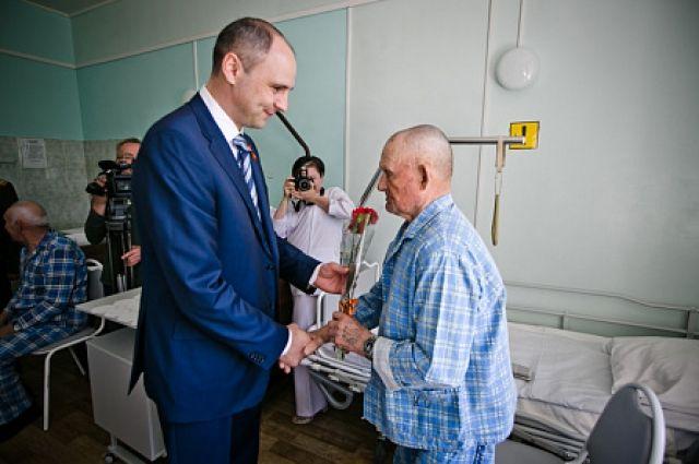 Ветераны Великой Отечественной войны принимают поздравления.