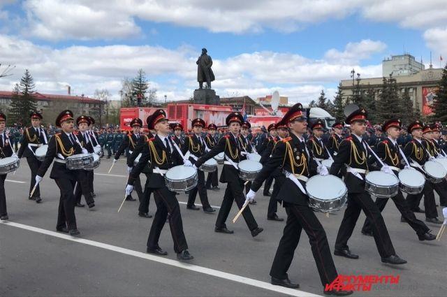 Торжественный парад на площади Революции.