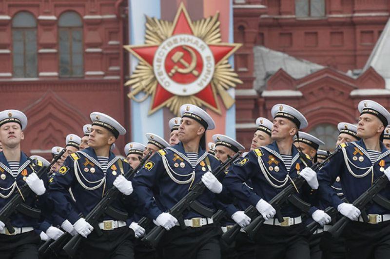 Военнослужащие на военном параде на Красной площади.