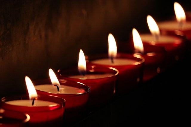 В Ноябрьске из свечей выложили изображение «Родина-мать зовет!»