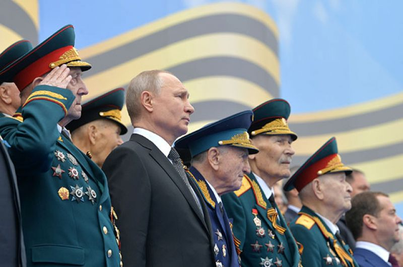 Президент РФ Владимир Путин и ветераны Великой Отечественной войны на Параде Победы.