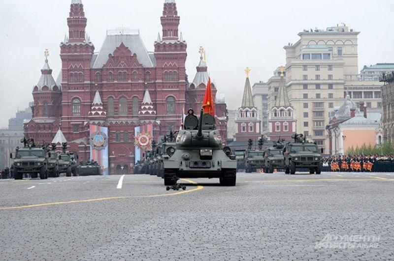 Танк Т-34-85 возглавляет колонну военной техники на Параде Победы.