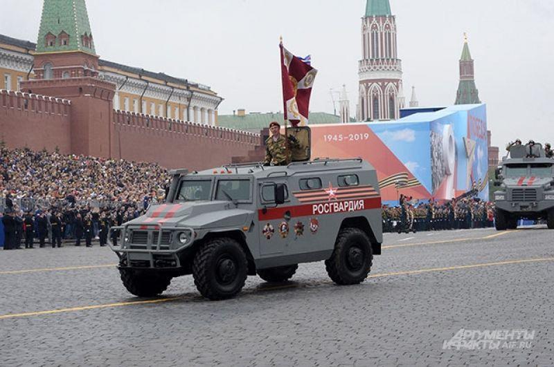 Военнослужащие Росгвардии набронеавтомобиле.