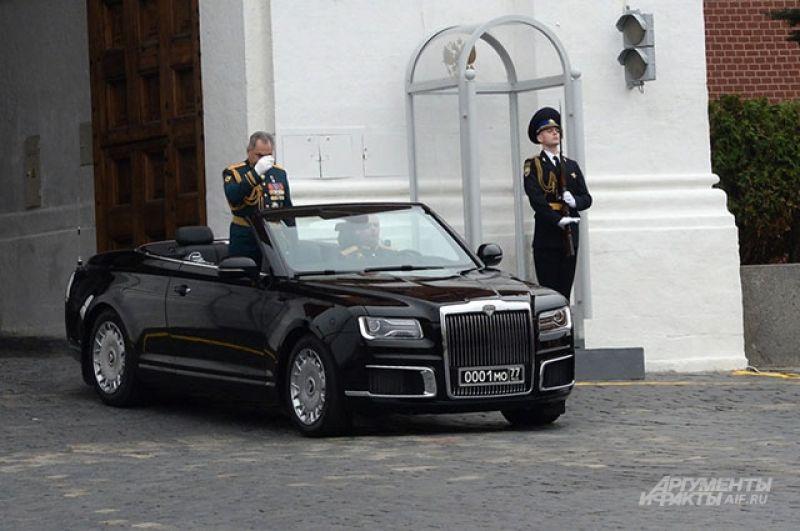 Министр обороны РФ Сергей Шойгу на автомобиле Aurus Senat перед началом парада.
