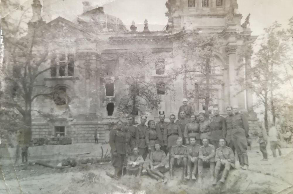 Фото дошедших до Рейхстага и сфотографировавшихся на фоне него советских солдат в мае 1945 года передал в музей Вячеслав Кухаренко. На фото: четвертый справа в первом ряду - его отец Михаил Кузьмич.
